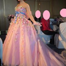 ブライダルフェアで披露されたカラードレス