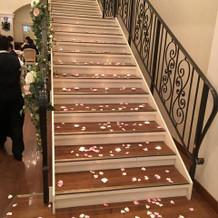 階段をキャンドルと花びらで装飾しました