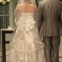 チョロリと垂れた紐でドレスが台無しです。
