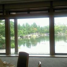 龍仙湖を望む会場。このガラス戸から入場。