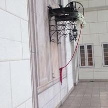 チャペル挙式後幸せの鐘を鳴らします