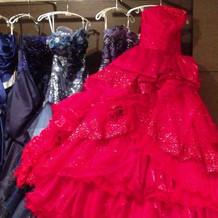 魅力的な真紅のドレス