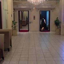 式場エントランスの鏡張りのエレベーター
