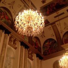 天井・重厚感のあるフレスコ画