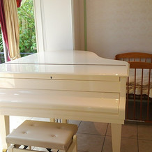白いグランドピアノ!