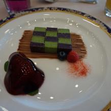 抹茶ムース紫芋のビスキュイぶどうのゼリー
