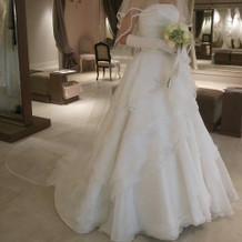 白いドレスの前