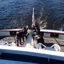 船上にて。友人達もサングラスでノリノリ☆