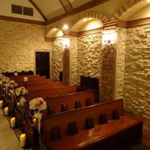 石壁と木の椅子で、神聖な雰囲気