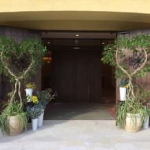 式当日の入口にはハートにあしらった木が。
