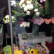 会場の中にお花屋さんが入ってます