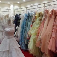 白から色ドレスまでたくさんあります