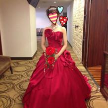 チェリーレッドのドレスとアクセサリー