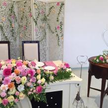 メインテーブルの花はパック内料金