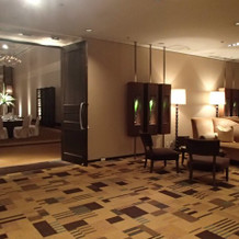 ホテル内にソファーがたくさん