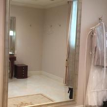 新婦の待機部屋には大きな鏡です。