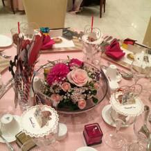 ゲストテーブル春らしいピンクのコーデ