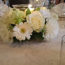披露宴会場の円卓の装花
