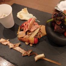 メインのエビとステーキ、左端はお茶漬け