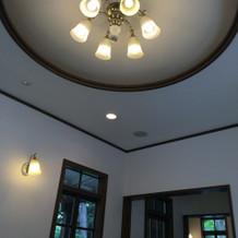 控え室、天井が高いため広々してます