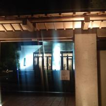 敷地入口 (夜間)