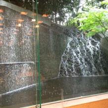披露宴会場の滝
