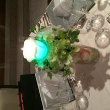 披露宴テーブルに飾られている小物(青い光