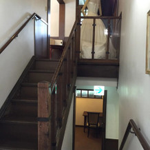 控え室に続く階段、自由に飾りつけ可能