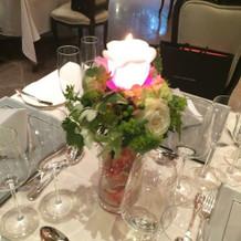 披露宴テーブルに飾られている小物(赤い光