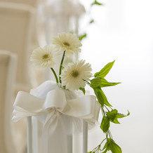 チェアの脇の装花