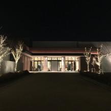 夜の彩桜邸を正面から。