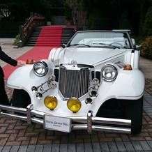 挙式会場に移動する際、新郎新婦が乗る車