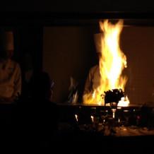 お肉料理の炎演出です