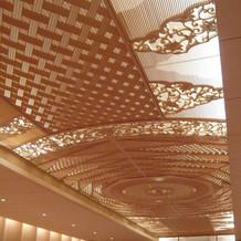 神前式会場の天井は組み木細工。