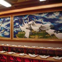 壁画の鶴が勇ましい。派手な神前式会場