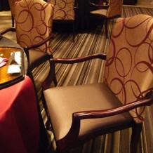 肘掛椅子がある披露宴会場もよい。