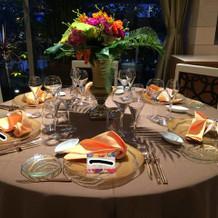 バリのテーブル演出(席札はモザイク)