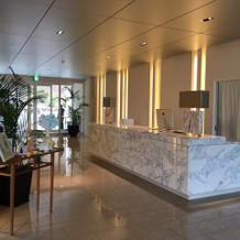 リゾートホテルを想像させる受付スペース