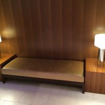 クローク脇のソファで荷物整理可能