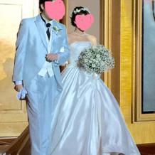 水色タキシードとシンプルな白ドレス