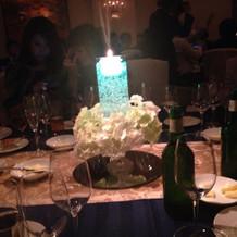 テーブルごとに違う色が灯るキャンドルを