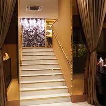入り口からすぐ階段があります。