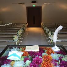 祭壇にお花がいっぱい