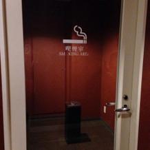 喫煙スペースは個室になっています。