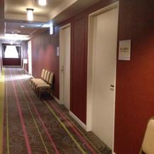 控え室などが並ぶ廊下