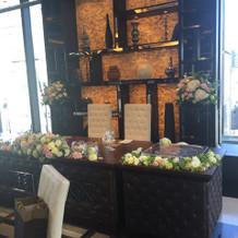 小さめの新郎新婦席の装花。