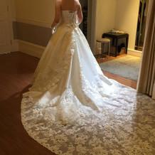 挙式用のウエディングドレスです。