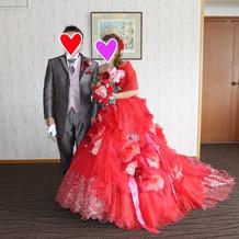 ショコラのタキシードに赤ドレス