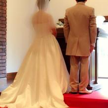 後ろ姿が綺麗なドレスです。