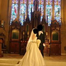 白ドレスと黒タキシード